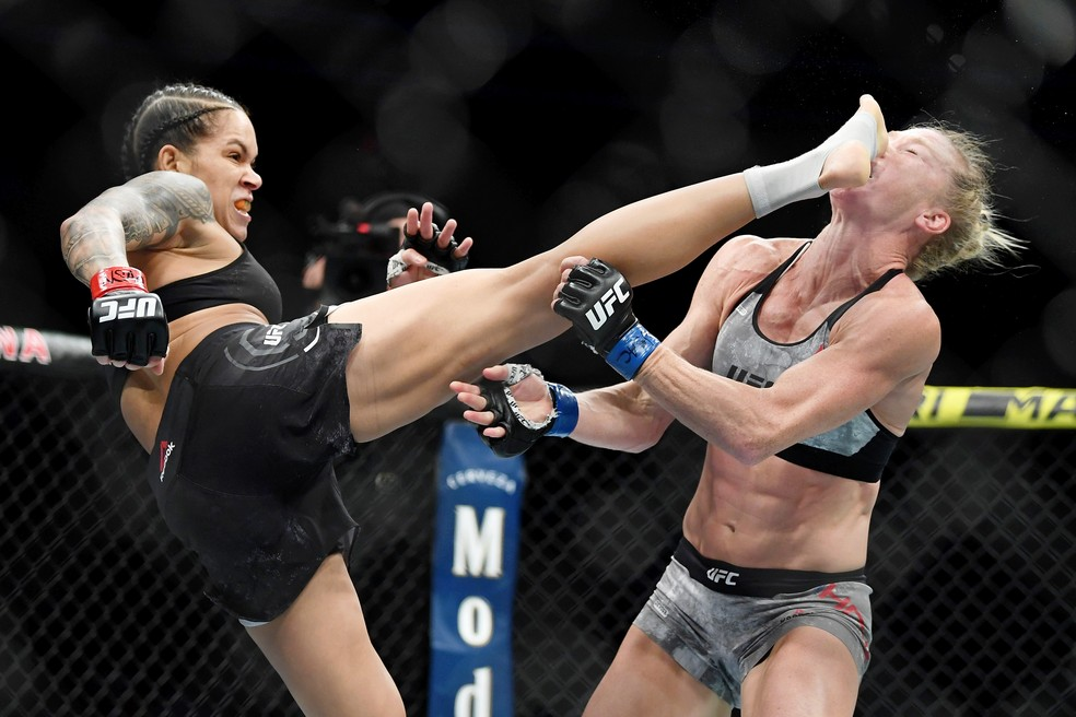 Amanda Nunes nocauteou Holly Holm no UFC 239 — Foto: Reuters