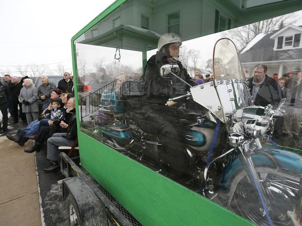 Americano foi enterrado em cima de sua Harley-Davidson (Foto: AP)