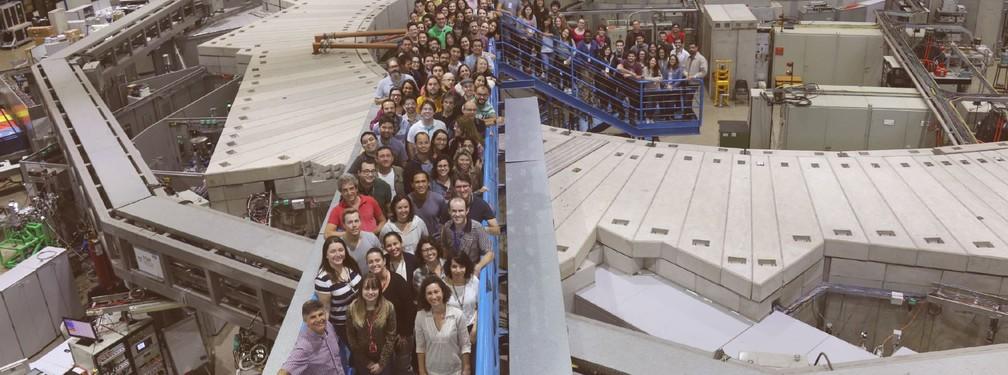 Cientistas do LNLS com estudantes da Escola Brasileira de Síncrotron (Foto: Divulgação/CNPEM)