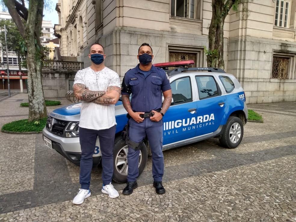Guardas Municipais que autuaram desembargador falam sobre o caso; na foto Hilário (fardado de azul) e Guilhermino (de camiseta branca) — Foto: Divulgação/Prefeitura de Santos