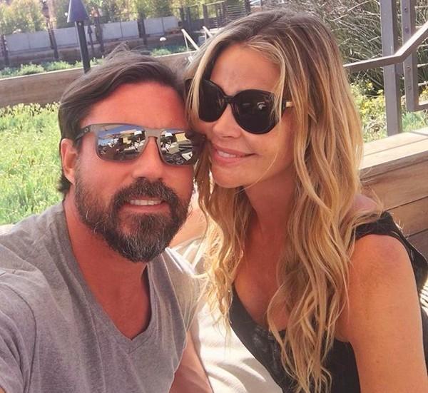 A atriz Denise Richards com o marido, Aaron Cameron Phypers (Foto: Instagram)
