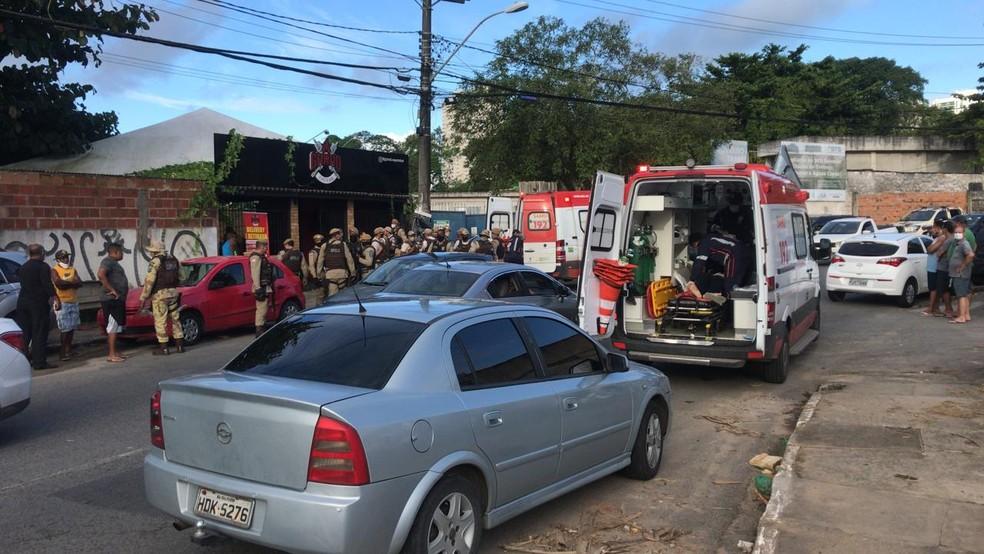 Suspeito morreu e PM foi baleado durante tentativa de assalto no bairro do Trobogy, em Salvador — Foto: Renan Pinheiro/TV Bahia