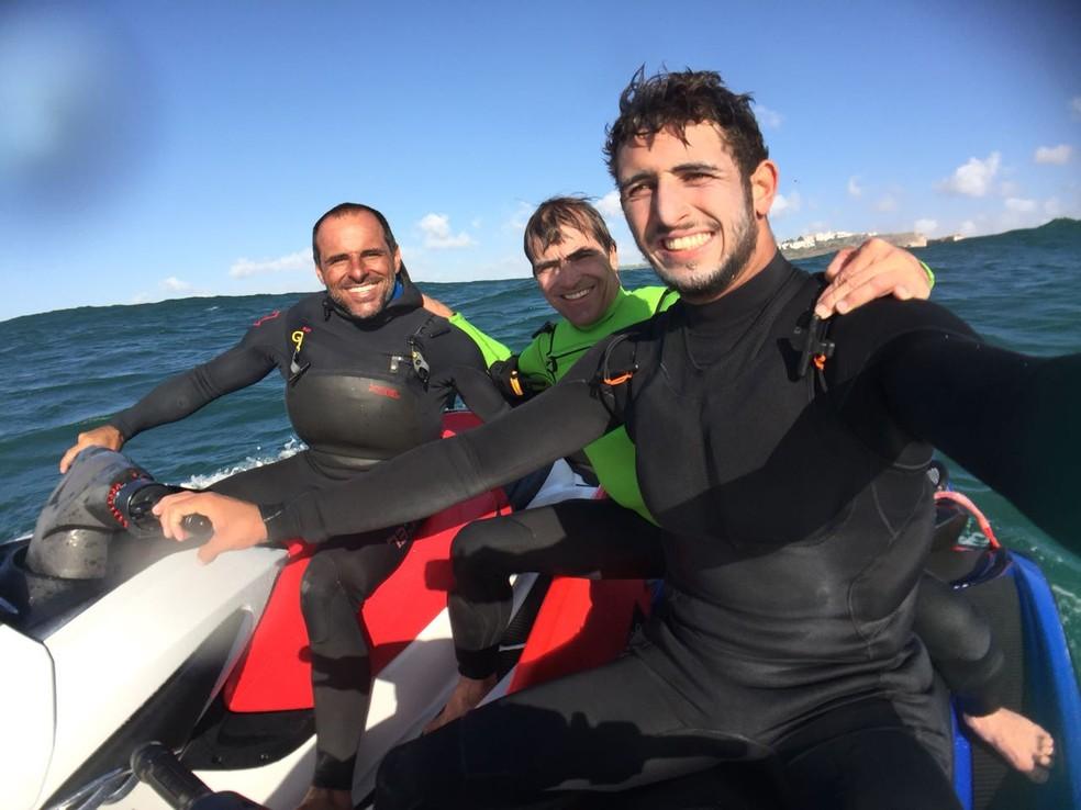 Carlos Burle, Lucas Chumbinho e seu tio, Marcos Monteiro, em um dos treinos em Nazaré (Foto: Arquivo pessoal)