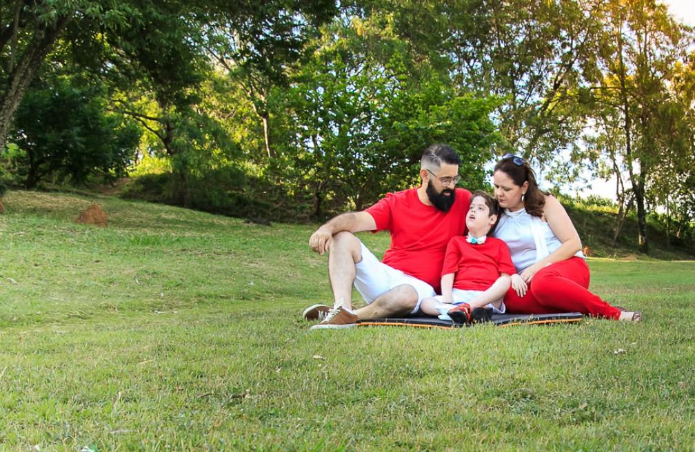 Thiago, Pietro e Alessandra posam para fotos todos os anos para acompanhar o crescimento do menino  (Foto: Arquivo Pessoal)