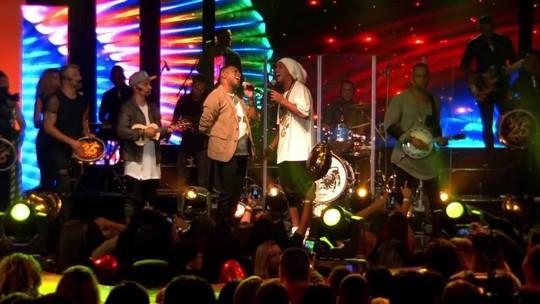 Craque até na música: Ronaldinho compõe e canta em DVD de grupo de pagode