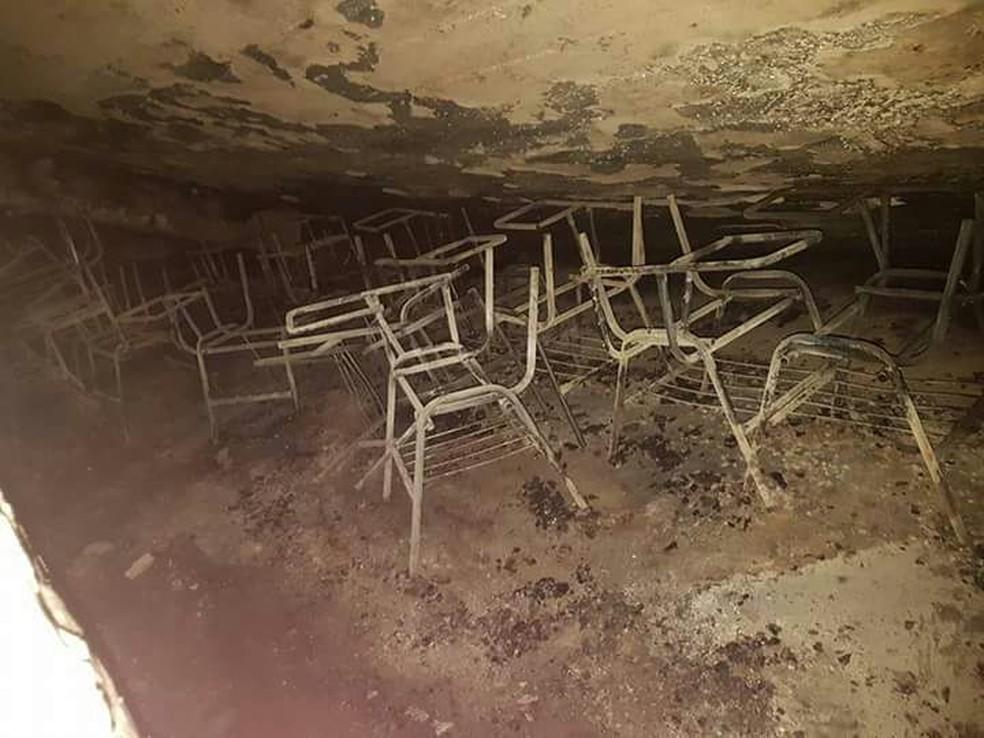 Cadeiras da escola foram completamente incendiadas (Foto: Divulgação/Polícia Militar)