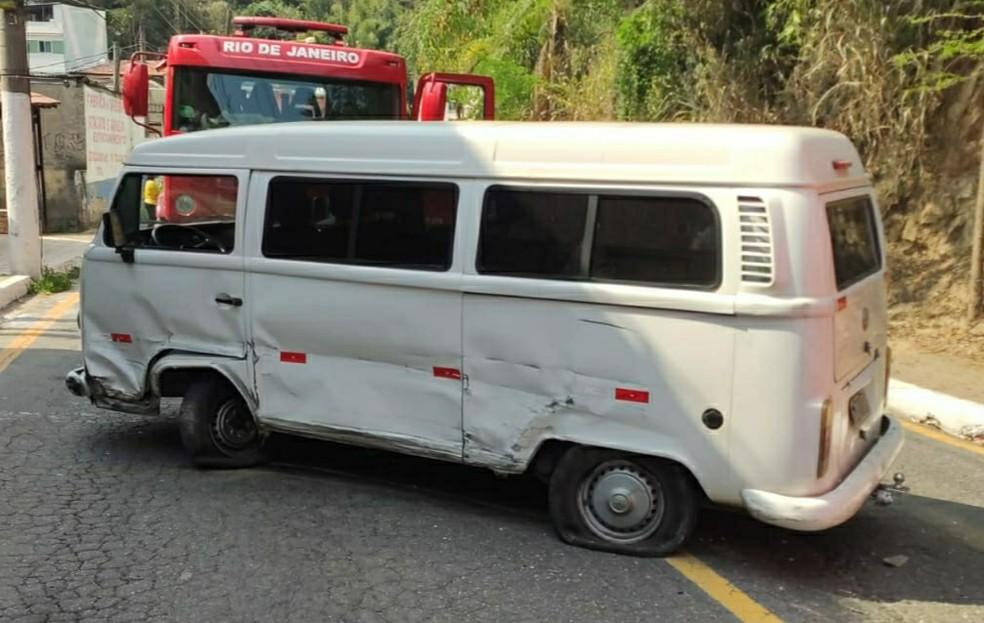 Acidente entre dois carros e uma kombi deixa feridos em Barra Mansa — Foto: Reprodução/Redes Sociais