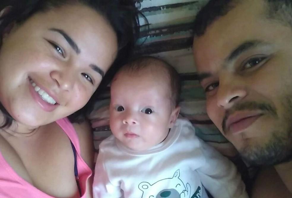 'Sou apaixonado por esses dois. São meus guerreiros, meus milagres', diz Clodoaldo, marido de Kezia e pai de Miguel (Foto: Kezia Fernanda Lemes de Mira/Arquivo pessoal)