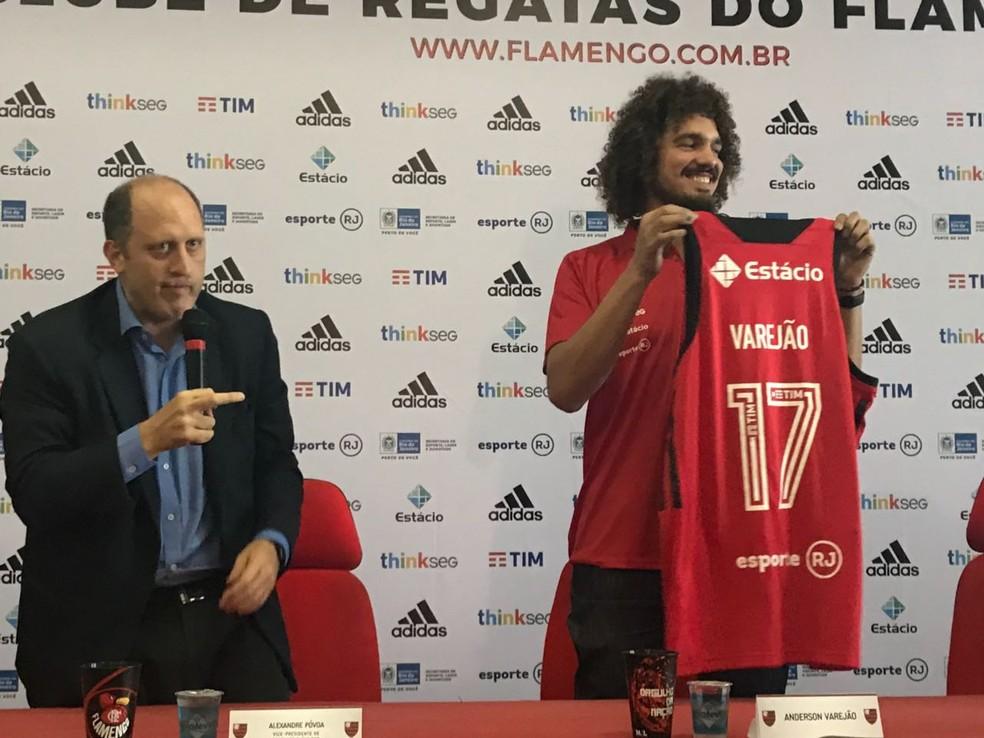 Varejão posa com camisa do Flamengo (Foto: Thierry Gozzer)