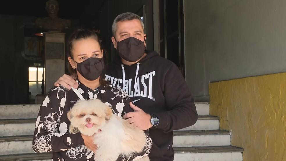 Cãozinho Billy reencontra a família após ser levado em assalto no RJ — Foto: Reprodução/TV Globo