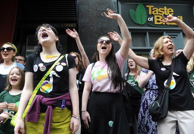 Mulheres em referendo sobre legalização do aborto na Irlanda (Foto: EFE/EPA/AIDAN CRAWLEY)