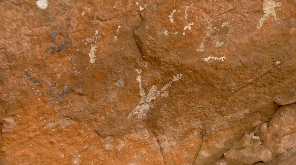 Pesquisadores investigam desenhos em gruta em Pedregulho, SP — Foto: Carlos Trinca/EPTV