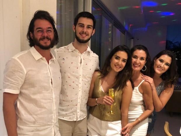 Fátima Bernardescom namorado, Túlio Gadêlha, e os filhos, Vinícius, Laura e Beatriz.  (Foto: Reprodução)