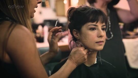 Andreia Horta mostra como é feita a cicatriz de sua personagem em 'Tempo de Amar'