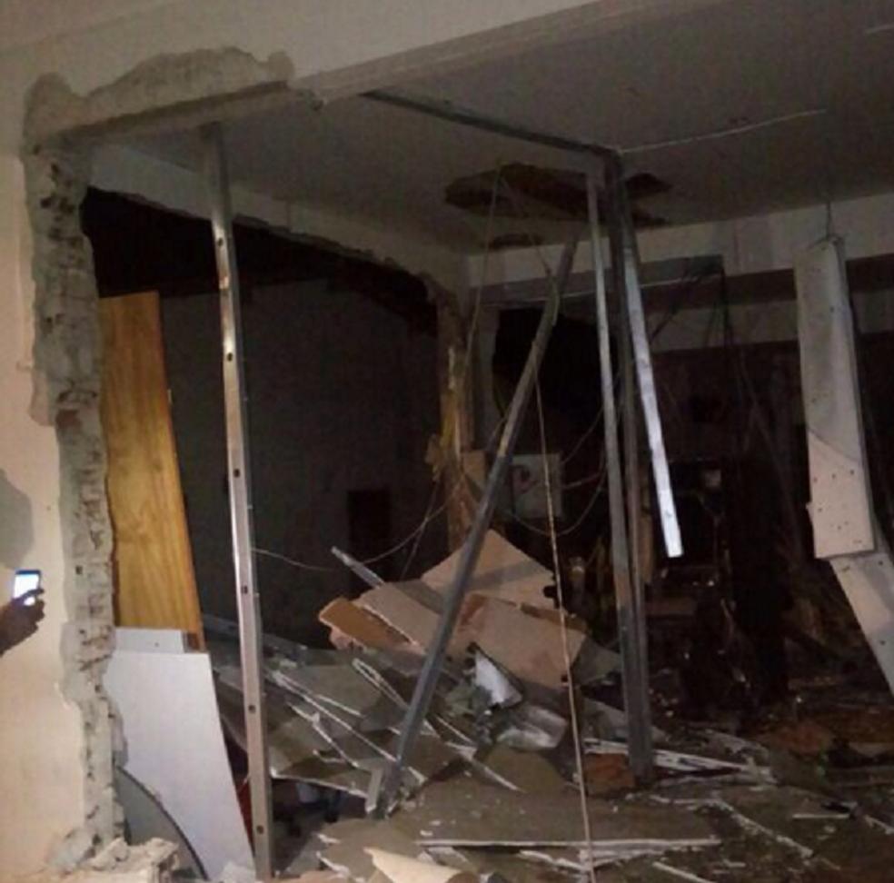 Agência ficou destruída. Bandidos fugiram e até a manhã desta quinta-feira, ninguém foi preso. (Foto: Reprodução/TV Verdes Mares)