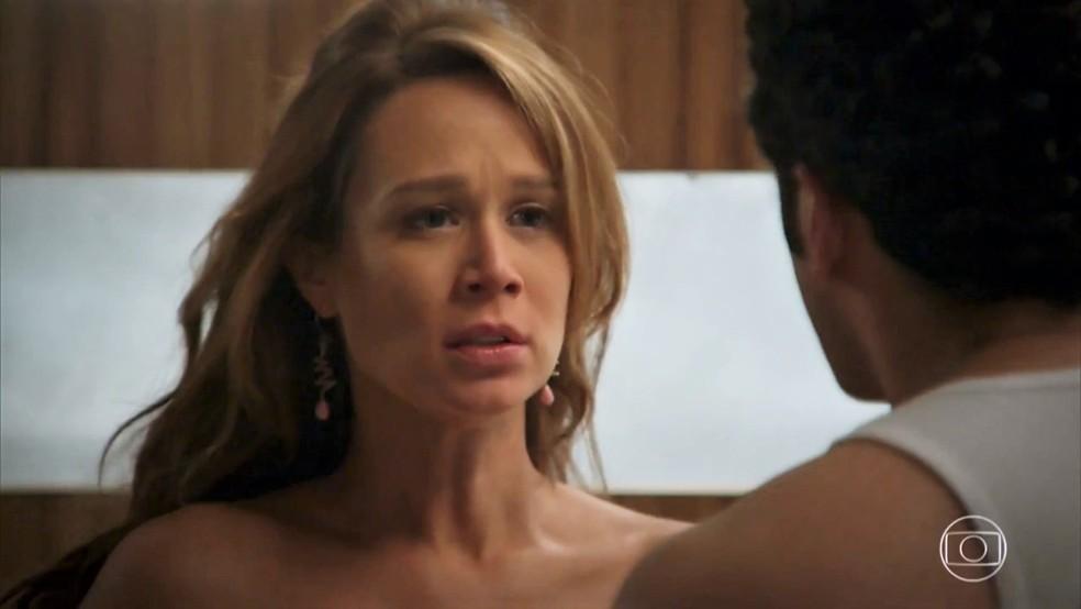Tancinha (Mariana Ximenes) fica surpresa quando Beto (João Baldasserini) se recusa a dormir com ela - 'Haja Coração' — Foto: Globo