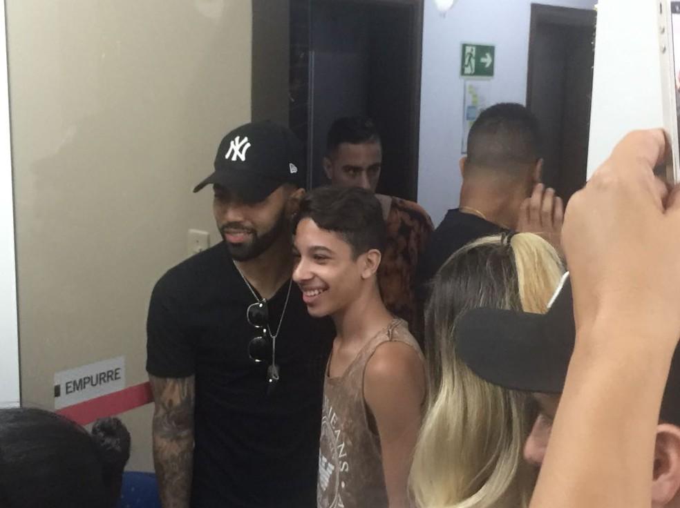 Gabigol tira foro com fã em rádio de Santos (Foto: Gabriel dos Santos)