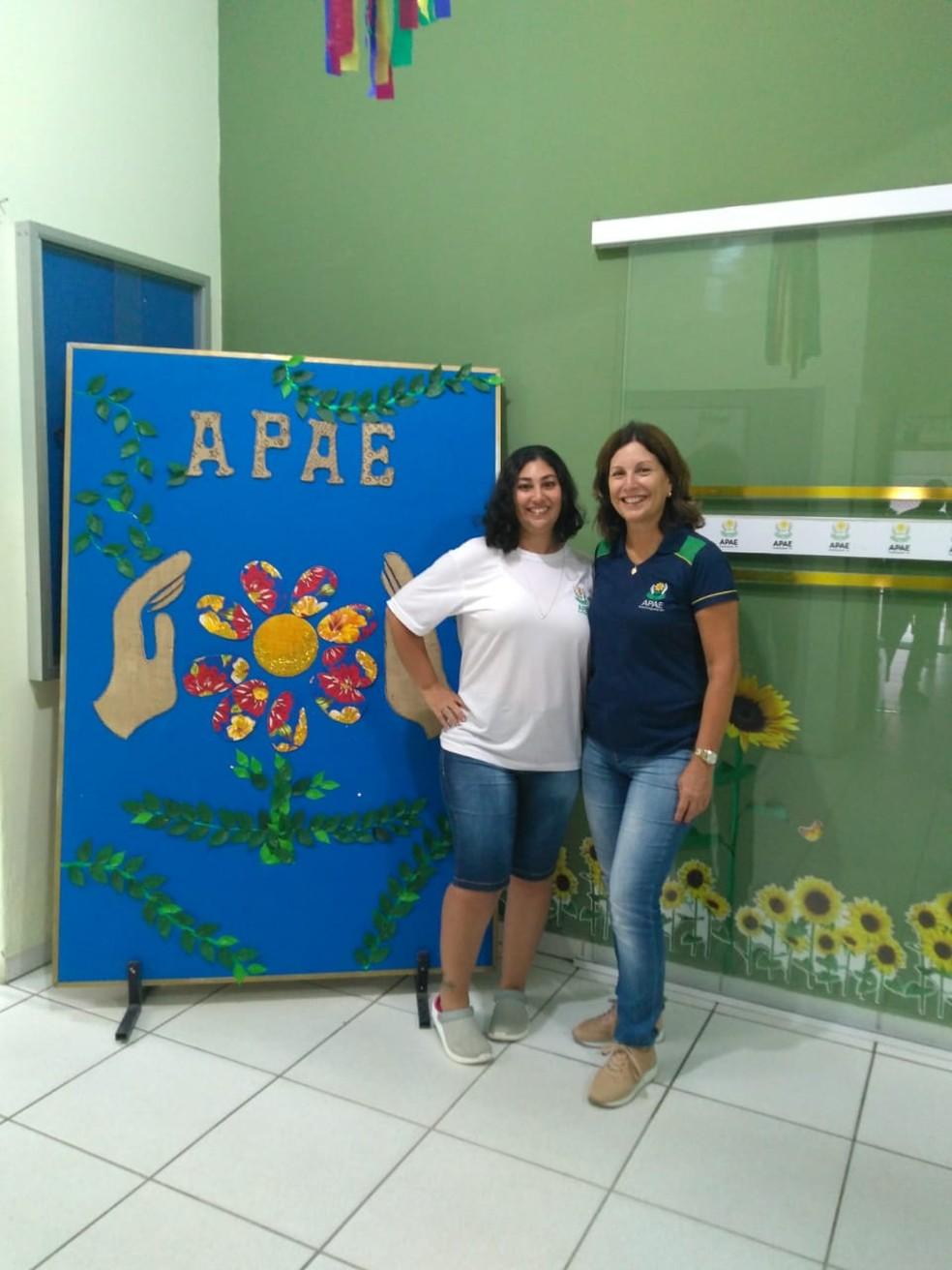 Diretora da APAE de Guaratinguetá ao lado da filha, que é estudante — Foto: Divulgação