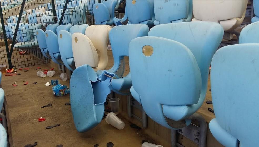Cadeiras quebradas no Maracanã (Foto: Ronald Lincoln Junior)