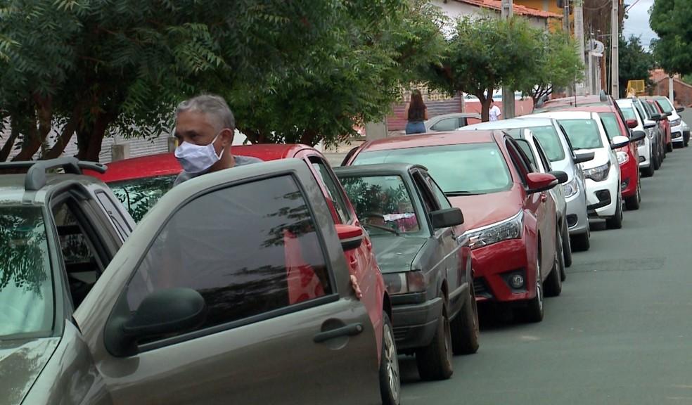 Idosos de 74 anos enfrentam fila para se vacinar contra Covid-19 na Zona Leste de Teresina — Foto: Reprodução/TV Clube