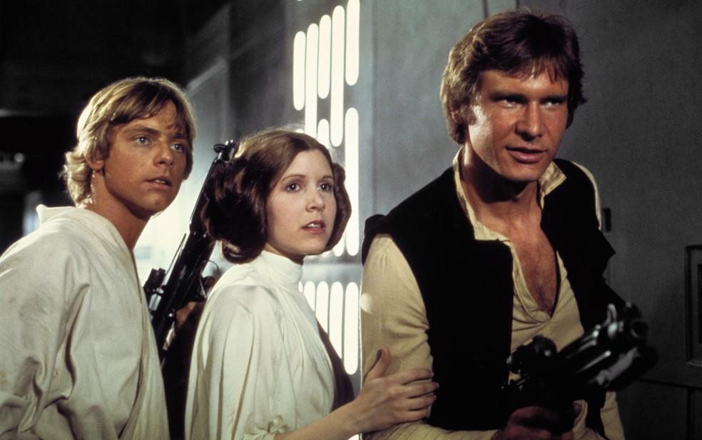 Harrison Ford ao lado dos atores Mark Hamill e Carrie Fisher durante gravação do filme 'Guerra nas Estrelas Episódio IV - Uma nova Esperança', em 1977. Ele interpretou o personagem Han Solo na trilogia original da série (Foto: Lucasfilm/20th Century Fox/The Kobal Collection)