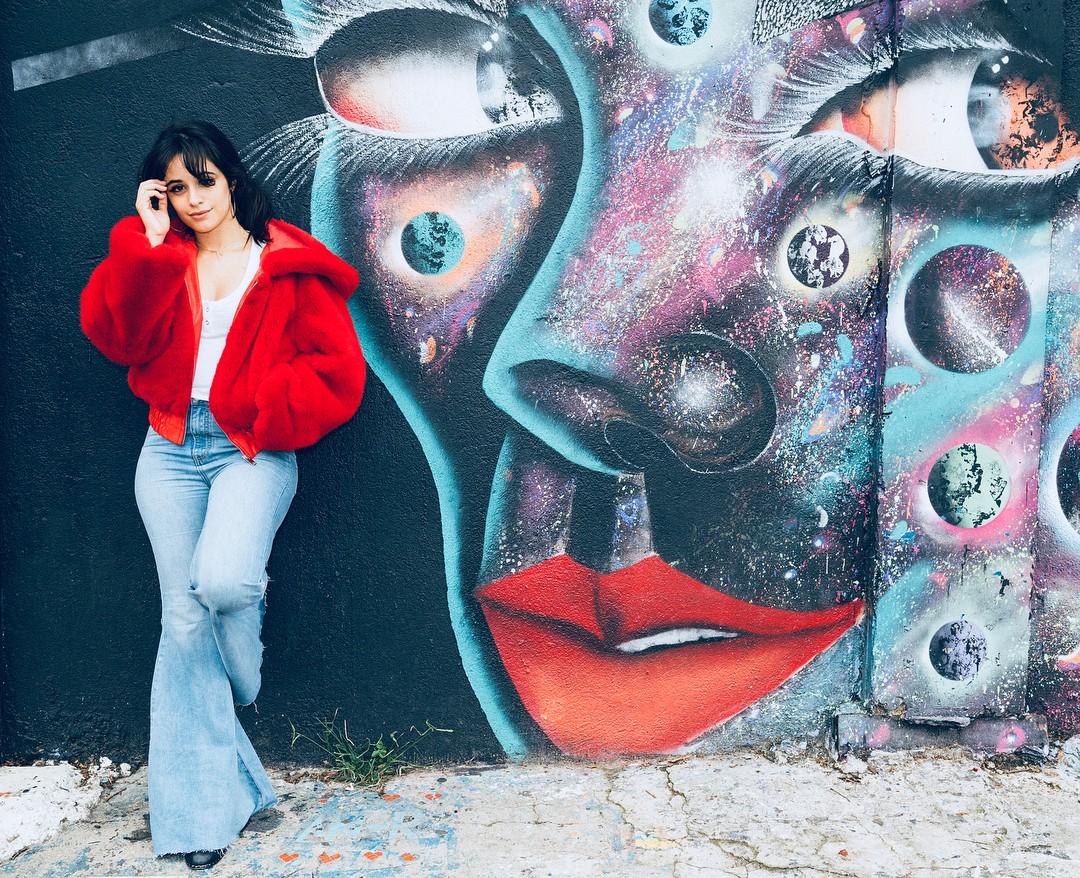 Camila Cabello visita Beco do Batman, em São Paulo, em dia de folga