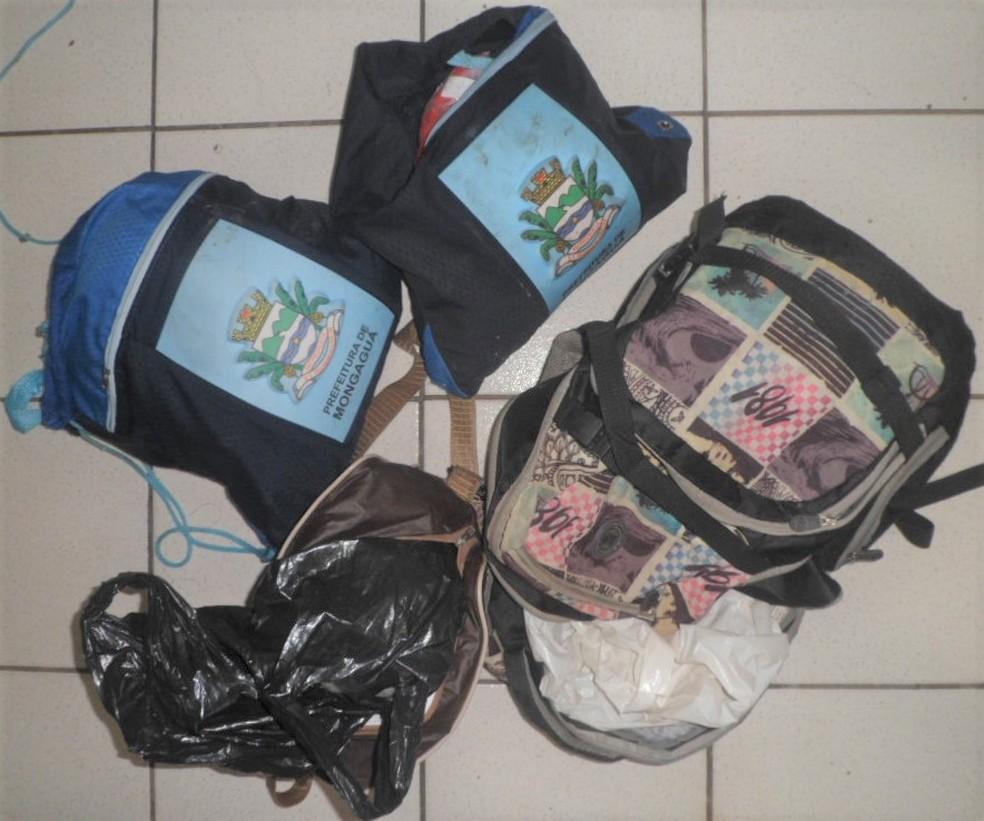 Mochilas foram deixadas na área externa do Centro (Foto: SAP/ Divulgação )