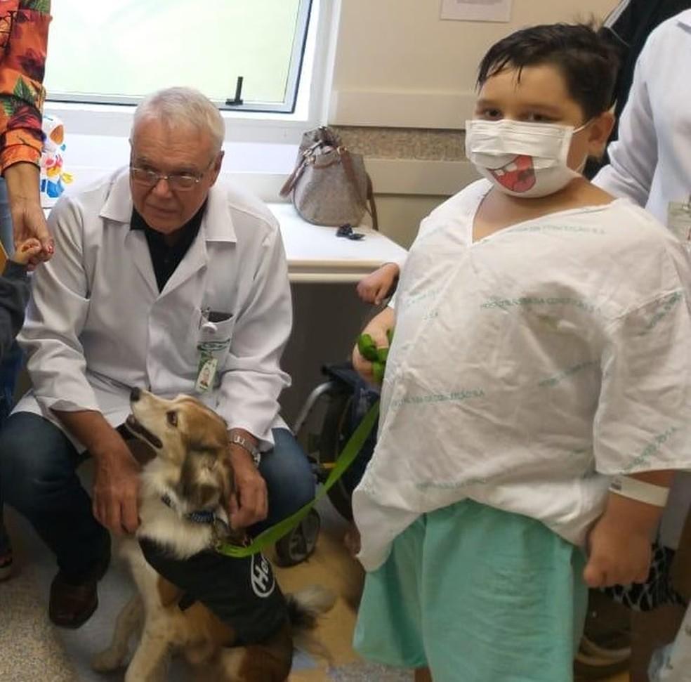 Buzz visita crianças em tratamento oncológico do Hospital Criança Conceição  — Foto: Mayara Argenti Bittencourt