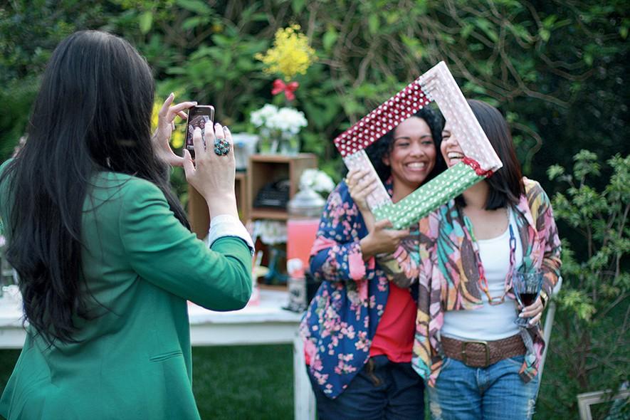Separe algumas molduras para os convidados se divertirem tirando fotos e posando com os acessórios
