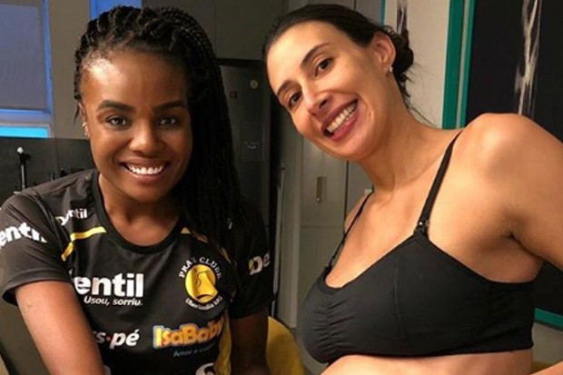 Grávida de gêmeas, Sheilla Castro ganha o carinho da amiga Fabi Claudino (Foto: Reprodução/Instagram)