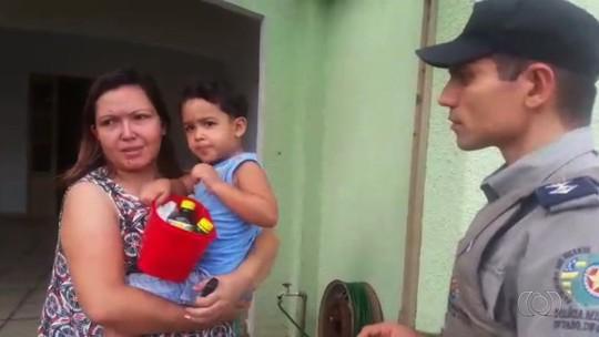 Criança de 3 anos fica perdida após pegar controle, abrir portão e ir para a rua, em Goiânia