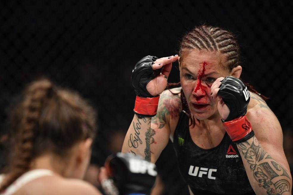Cris Cyborg ficou com um corte profundo na testa após sofrer cotovelada de Spencer no primeiro round — Foto: Jeff Bottari/Getty Images