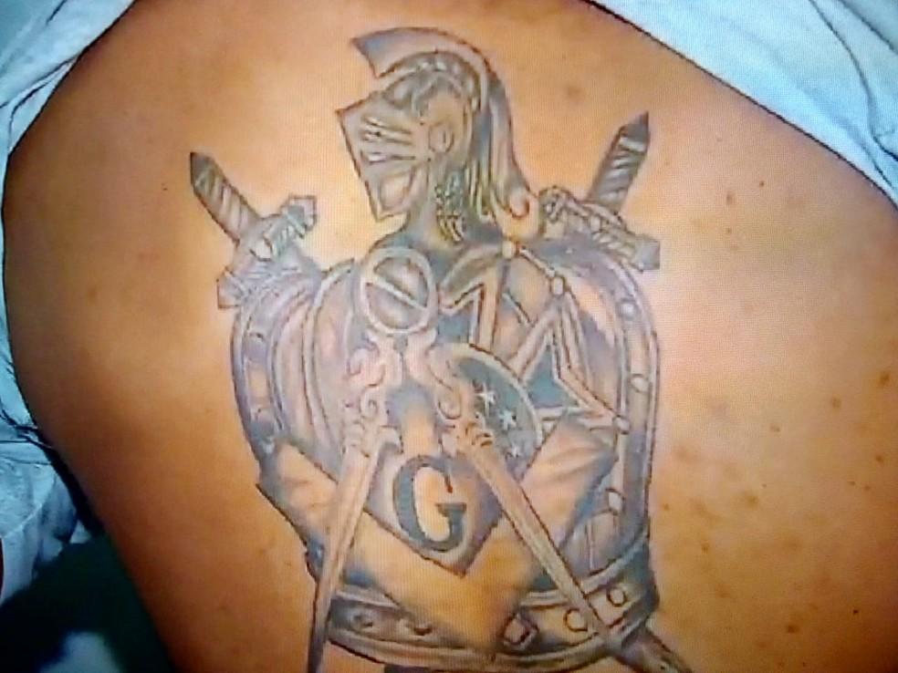 Vítimas reconheceram a tatuagem do suspeito — Foto: Reprodução/TVCA