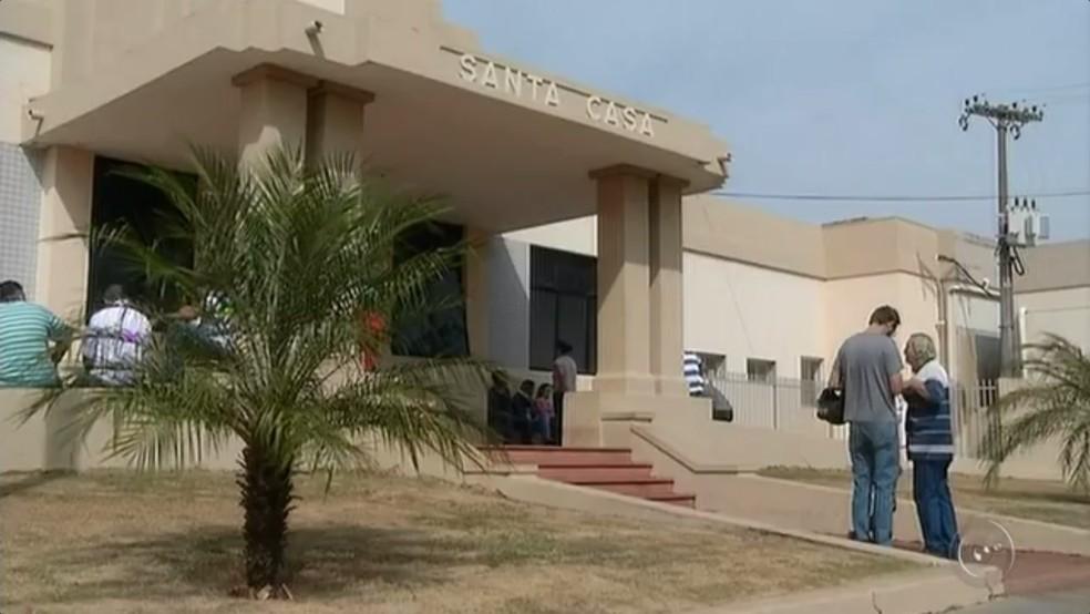 Mulher foi levada para a Santa Casa de Ourinhos (Foto: Reprodução/TV TEM)