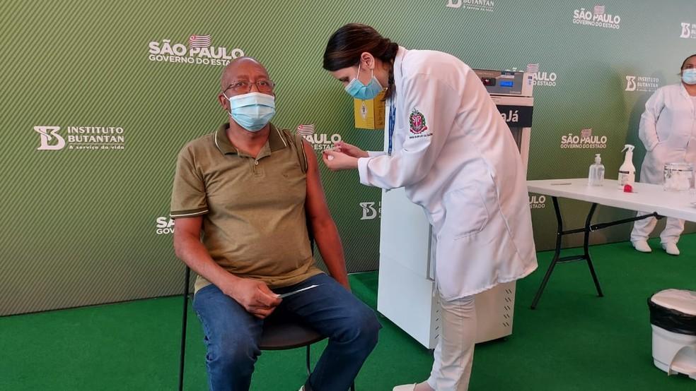 Enfermeiro Wilson paes de Pádua, do hospital Vila Penteado, é segunda pessoa a ser vacinada no Brasil — Foto: Rodrigo Rodrigues/G1