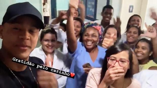 Léo Santana comemorando com a equipe do hospital após passar por uma cirurgia nos olhos (Foto: Reprodução/Instagram)