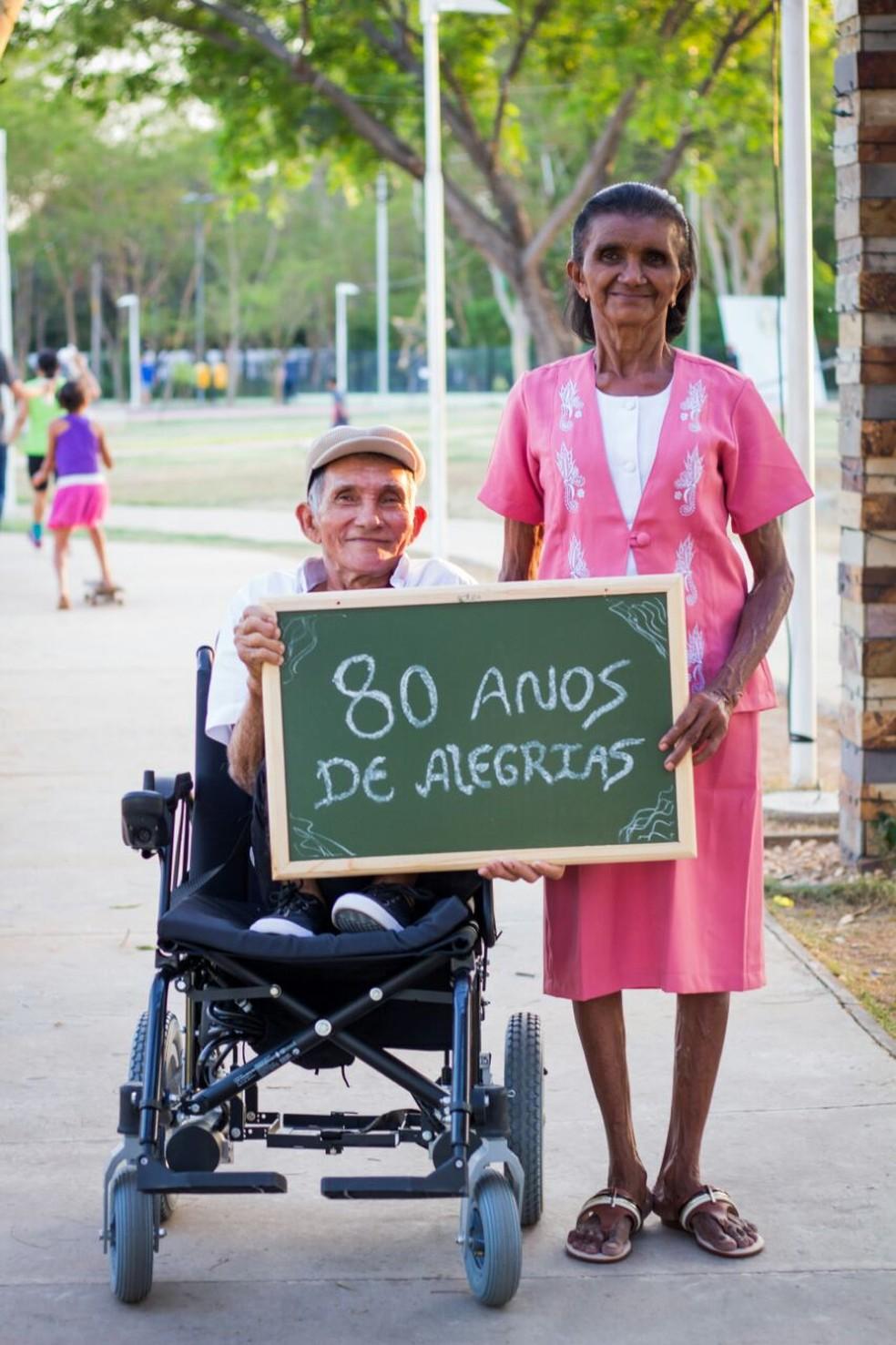 Em seu aniversário de 80 anos, o senhor Alexanbdre ganhou um esnaio fotográfico.  (Foto: Divulgação/ Arquivo pessoal)