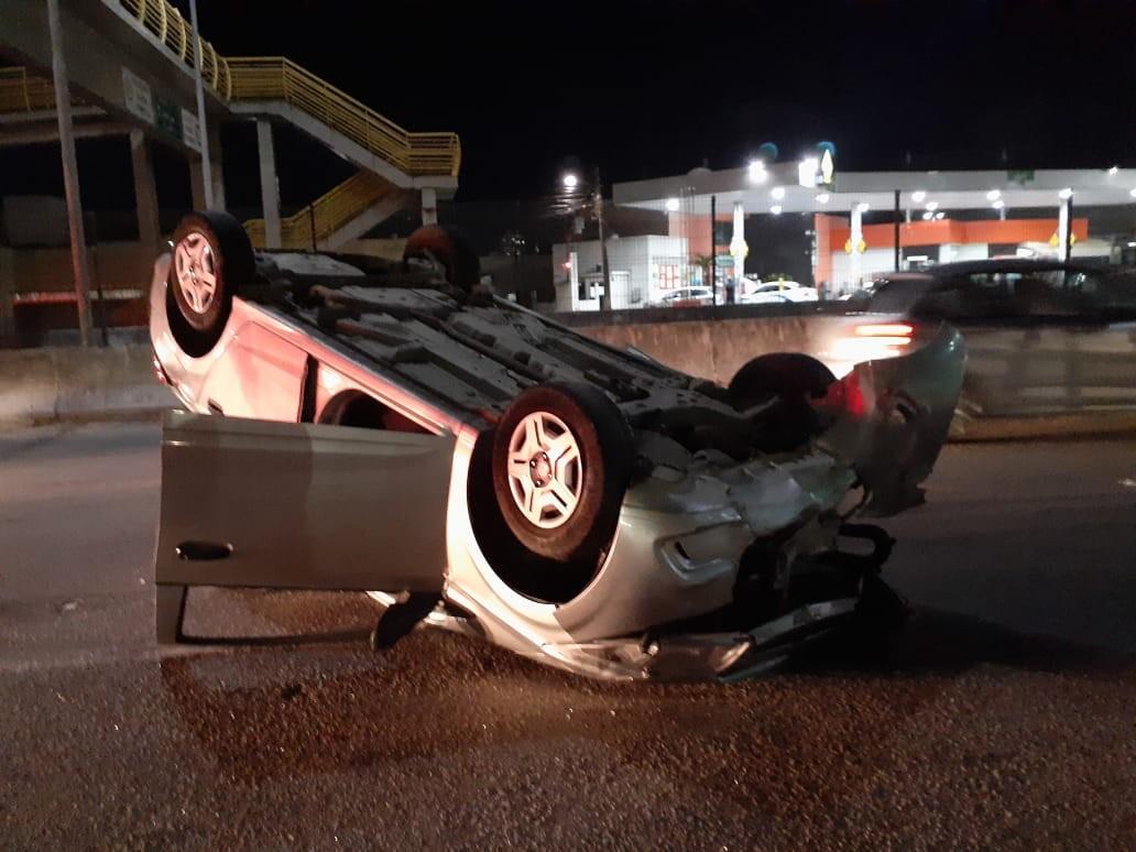 Carro capota após ser atingido por outro na Avenida Prudente de Morais em Natal