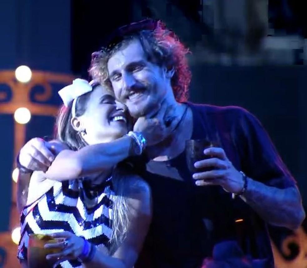 Carolina e Alan trocam carinhos — Foto: TV Globo