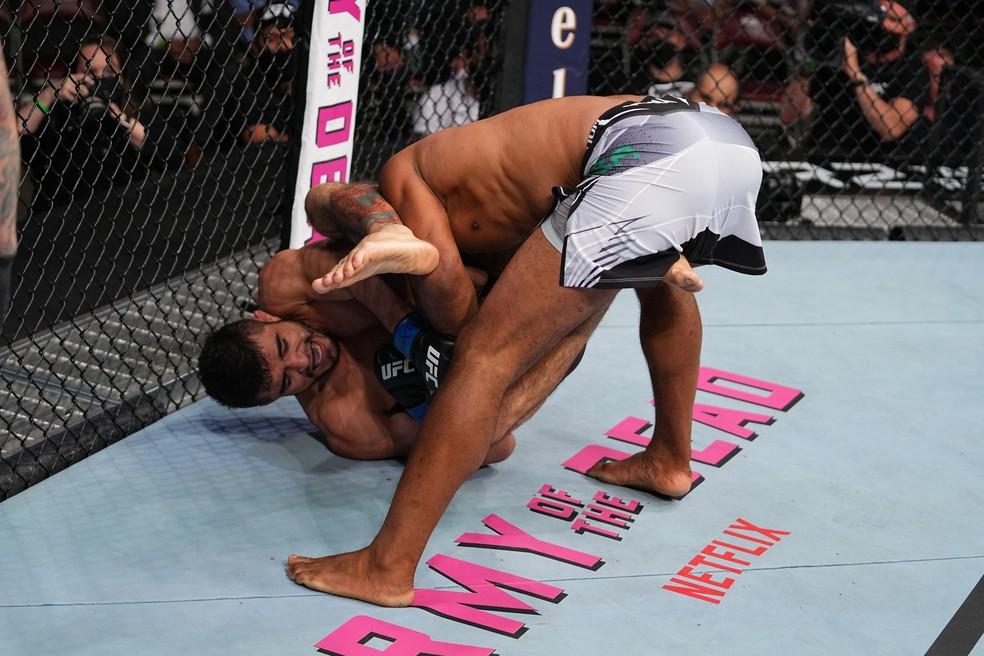 André Sergipano finaliza Ronaldo Jacaré no UFC 262 — Foto: Getty Images