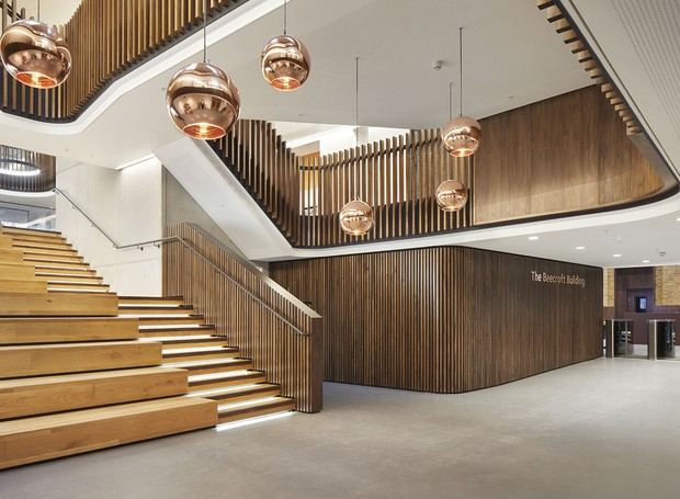 No interior, estacas de madeira formam paredes e bolas na cor rosé gold trazem elegância (Foto: Jack Hobhouse)