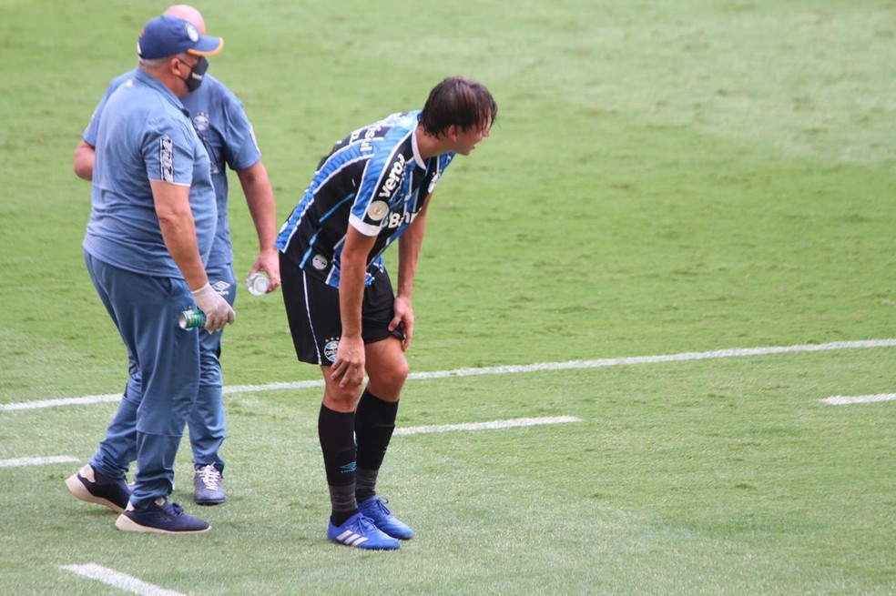 Geromel, do Grêmio, deixa o Gre-Nal com dores no tornozelo esquerdo — Foto: Eduardo Deconto/ge.globo
