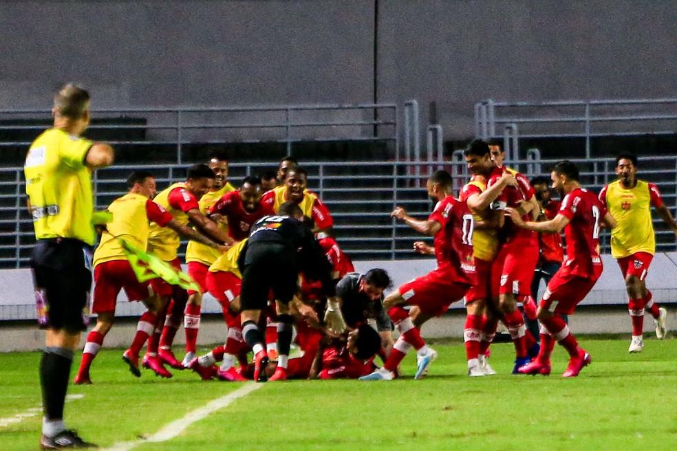 Jogadores do CRB comemoram o gol de Igor Cariús no clássico — Foto: Ailton Cruz/Gazeta de Alagoas
