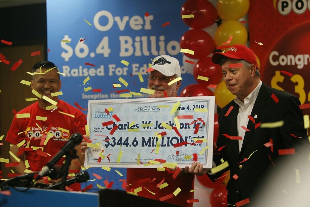 Ele apostou os números do biscoito da sorte e ficou surpreso que levou todo o prêmio — Foto: Travis Long/AP