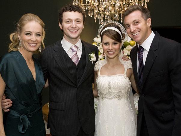 Os noivos com Angélica e Luciano Huck (Foto: Divulgação)