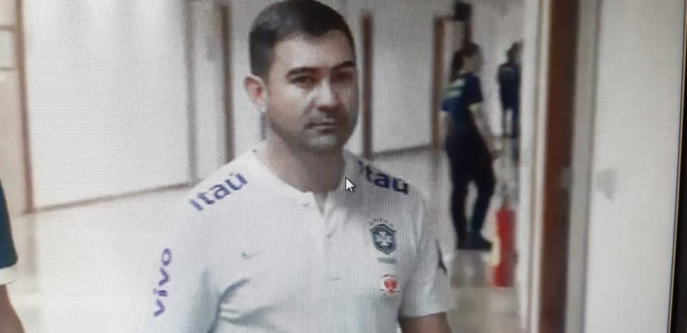 Presidente da Federação de Futebol do Distrito Federal, Daniel Vasconcelos, durante prisão no Estádio Mané Garrincha, neste sábado — Foto: TV Globo/ Reprodução