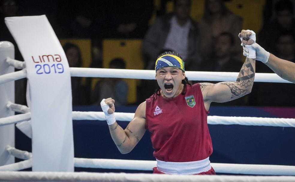 Bia Ferreira vibra após ser anunciada como vencedora — Foto: Jonne Roriz/COB