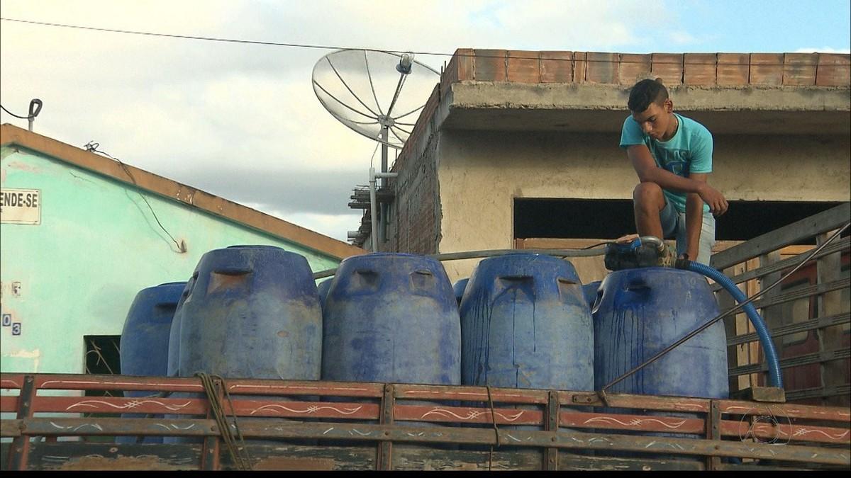 Seca faz moradores escolherem entre comprar comida ou água em Alagoa Nova, PB