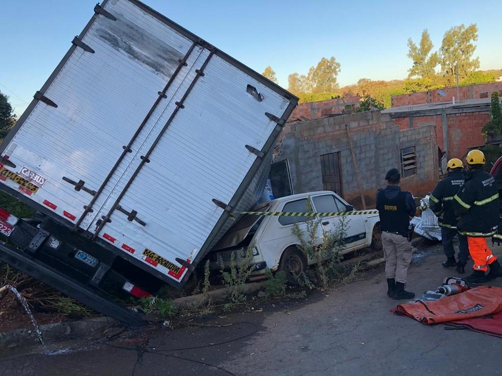 Caminhão derrubou estrutura do quarto do casal ao se chocar contra casa em Bocaiuva — Foto: Corpo de Bombeiros/Divulgação