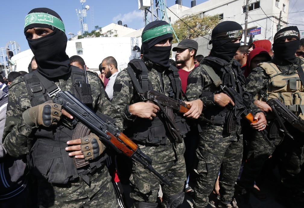 Militantes de braço armado do Hamas vão a funeral de mortos durante ação secreta israelense — Foto: Said Khatib/AFP